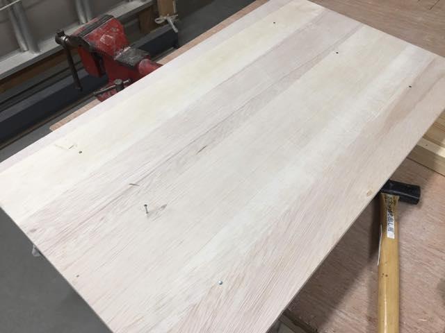 釘を打ち付けてカゴテーブル完成間近