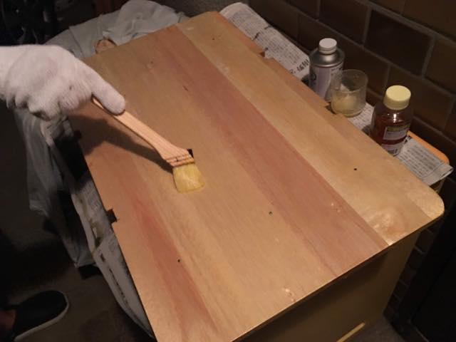 カゴテーブルの仕上げ。ニス塗り